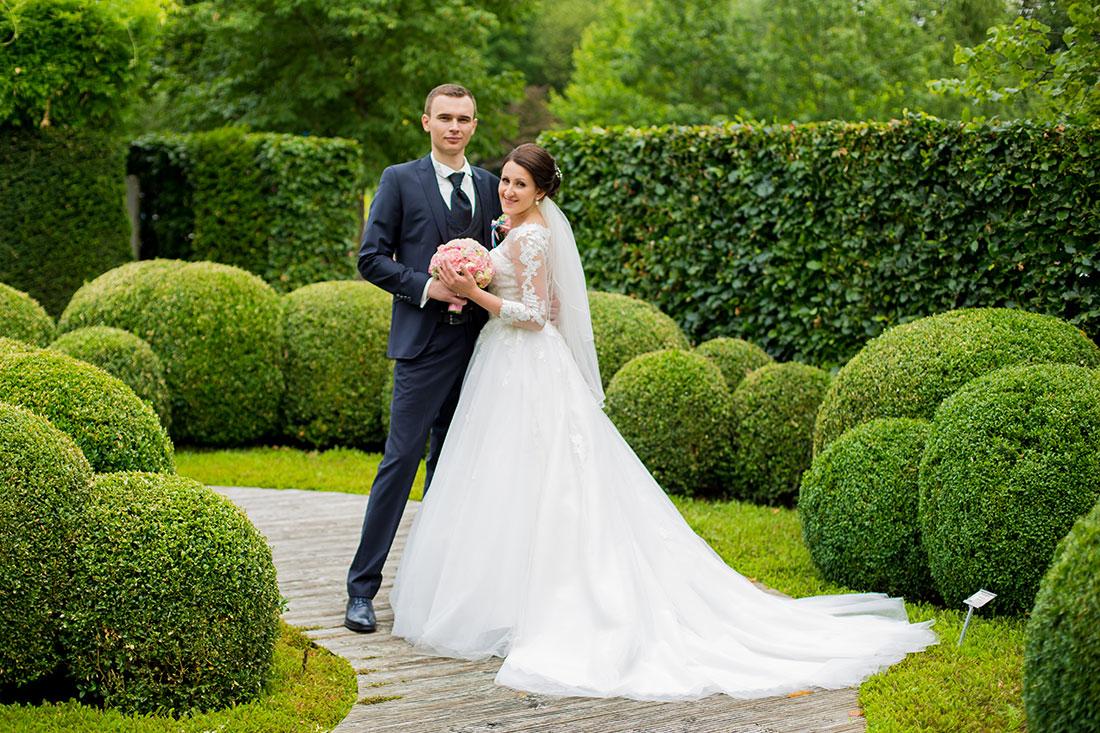 Hochzeit-in-Hemer-Sauerlandpark-Hemer-Brautpaar-Sergej-Metzger-Hochzeitsvideo-in-Hannover-Fotograf-Hildesheim-Romantisch-liebevoll-zusammen-halten-den-Brautstrauß
