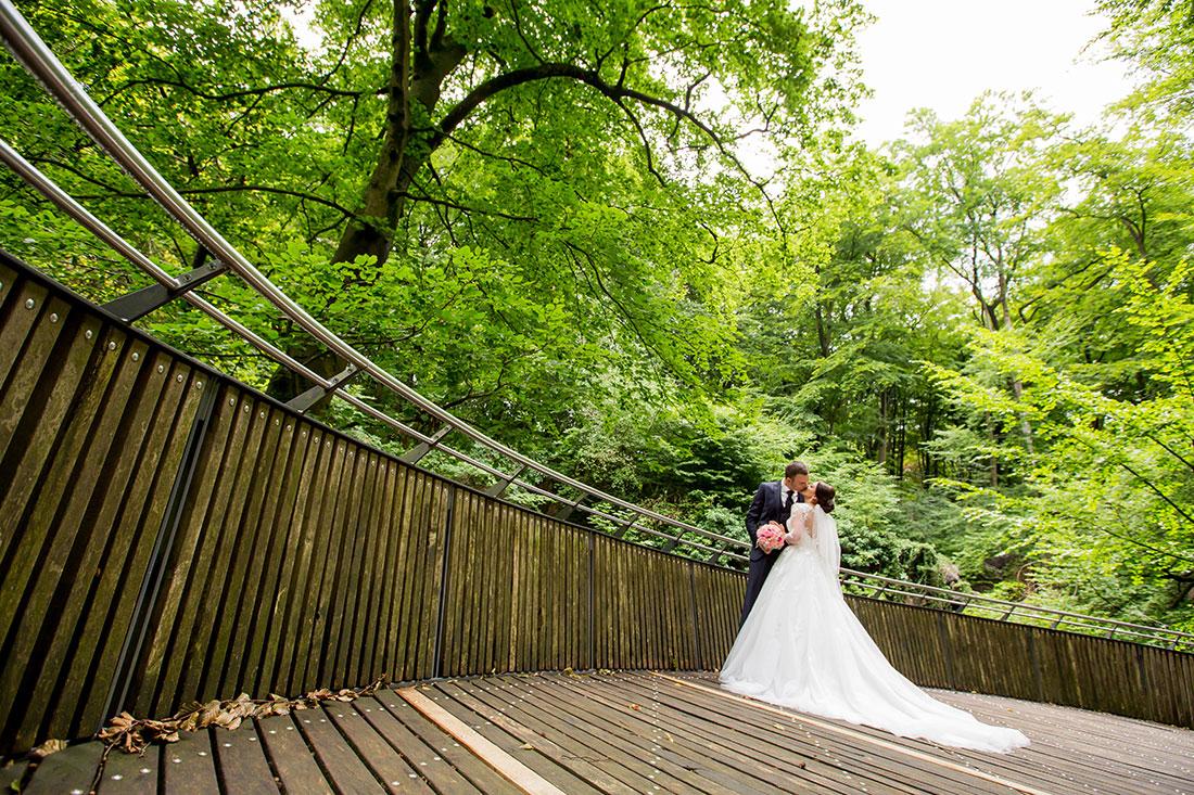 Hochzeit-in-Hemer-Sauerlandpark-Hemer-Brautpaar-Sergej-Metzger-Hochzeitsvideo-in-Hannover-Fotograf-Hildesheim-Weitwinkel-Strukturen-Hochzeitskuss-rote-Linie