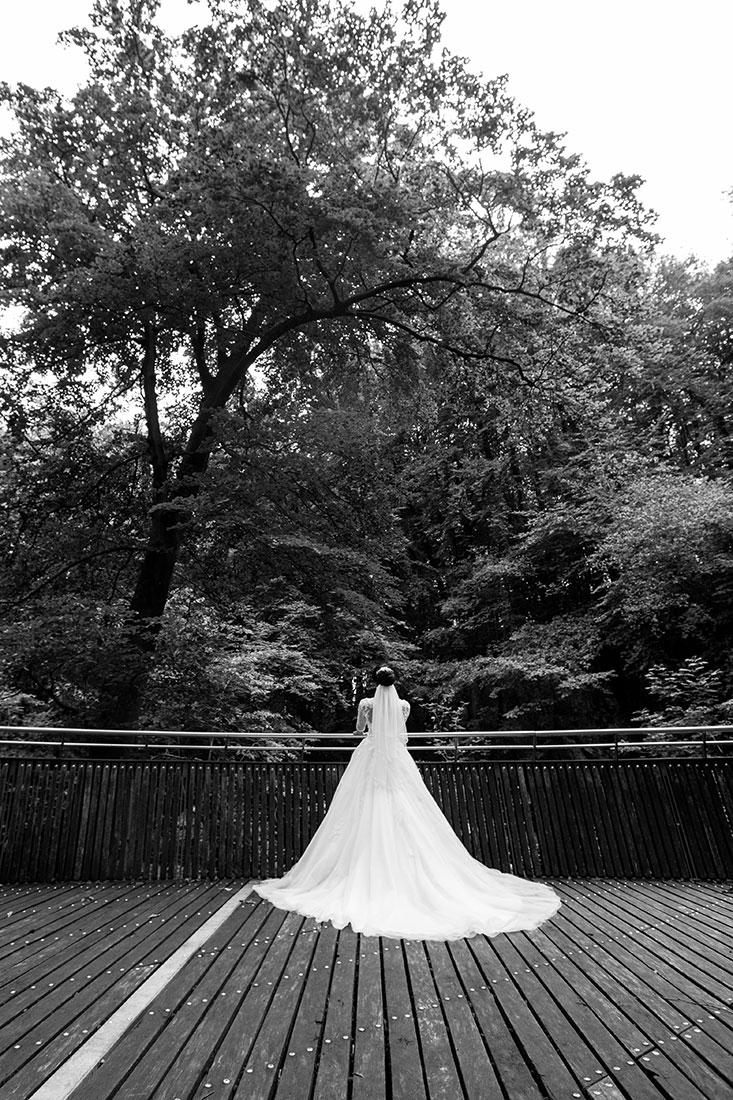 Hochzeit-in-Hemer-Sauerlandpark-Hemer-Brautpaar-Sergej-Metzger-Hochzeitsvideo-in-Hannover-Fotograf-Hildesheim-schwarz-weiß-weitwinkel-Struktur-langes-Kleid