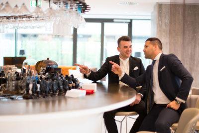 Hochzeit-in-Hotel-Wyndham-Grand-Frankfurt-Bräutigam-an-der-Bar-Sergej-Metzger-Hochzeitsvideo-in-Hannover-Fotograf-Hochzeit-Hildesheim