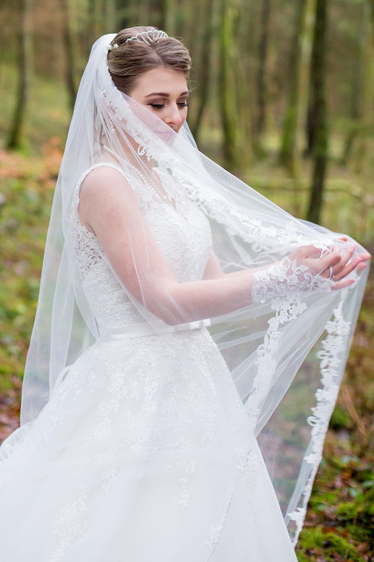 Hochzeit-in-Osterode-Hochzeitsbilder-im-Wald-Braut-mit-langem-Schleier-in-den-Händen--Sergej-Metzger-Hochzeitsvideo-in-Hannover-Fotograf-Hochzeit-Hildesheim