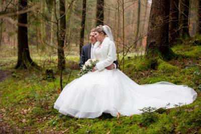 Hochzeit-in-Osterode-Hochzeitsbilder-im-Wald-Brautpaar-Romantik--Sergej-Metzger-Hochzeitsvideo-in-Hannover-Fotograf-Hochzeit-Hildesheim