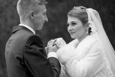 Hochzeit-in-Osterode-Hochzeitsbilder-im-Wald-Brautpaar-tief-in-die-Augen-schauen--Sergej-Metzger-Hochzeitsvideo-in-Hannover-Fotograf-Hochzeit-Hildesheim