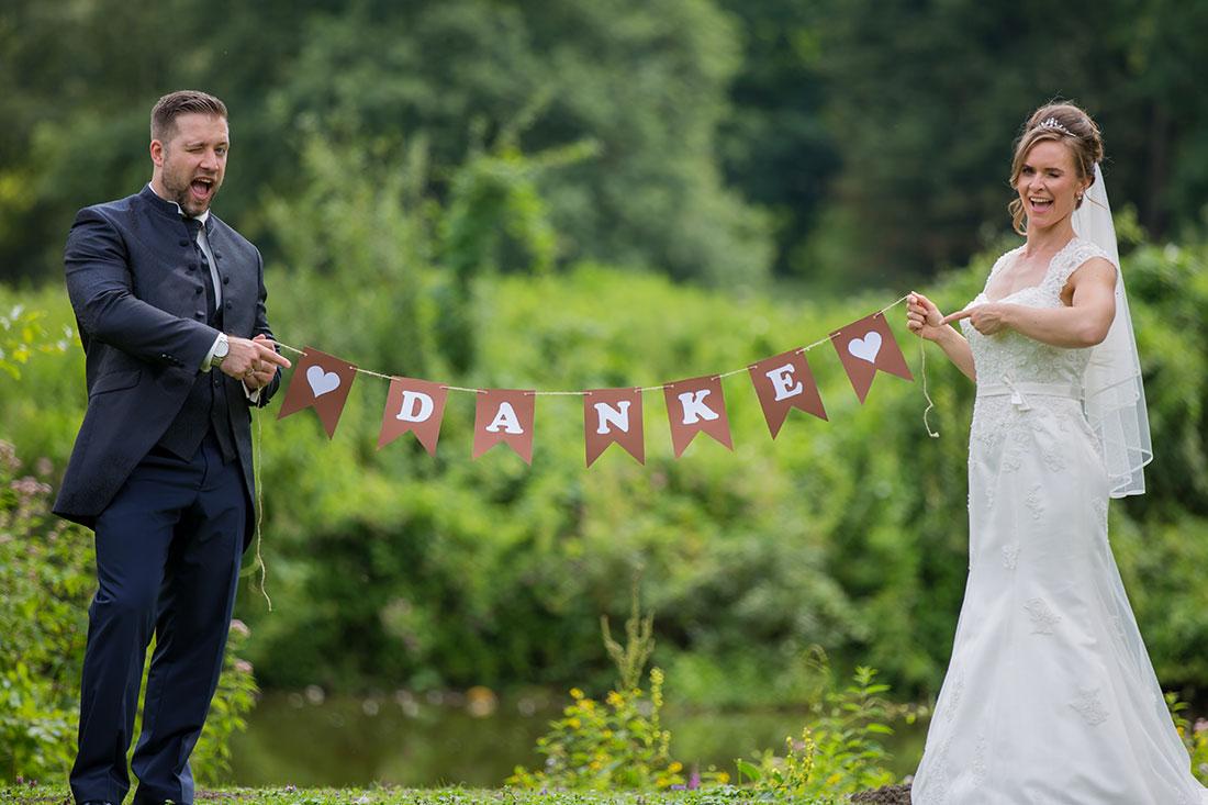 Hochzeit-in-Recklinghausen-Schlosspark-Herten-Danke-Dekoration-Brautpaar-Bild-Danksagungskarte-lustig-Sergej-Metzger-Hochzeitsvideo