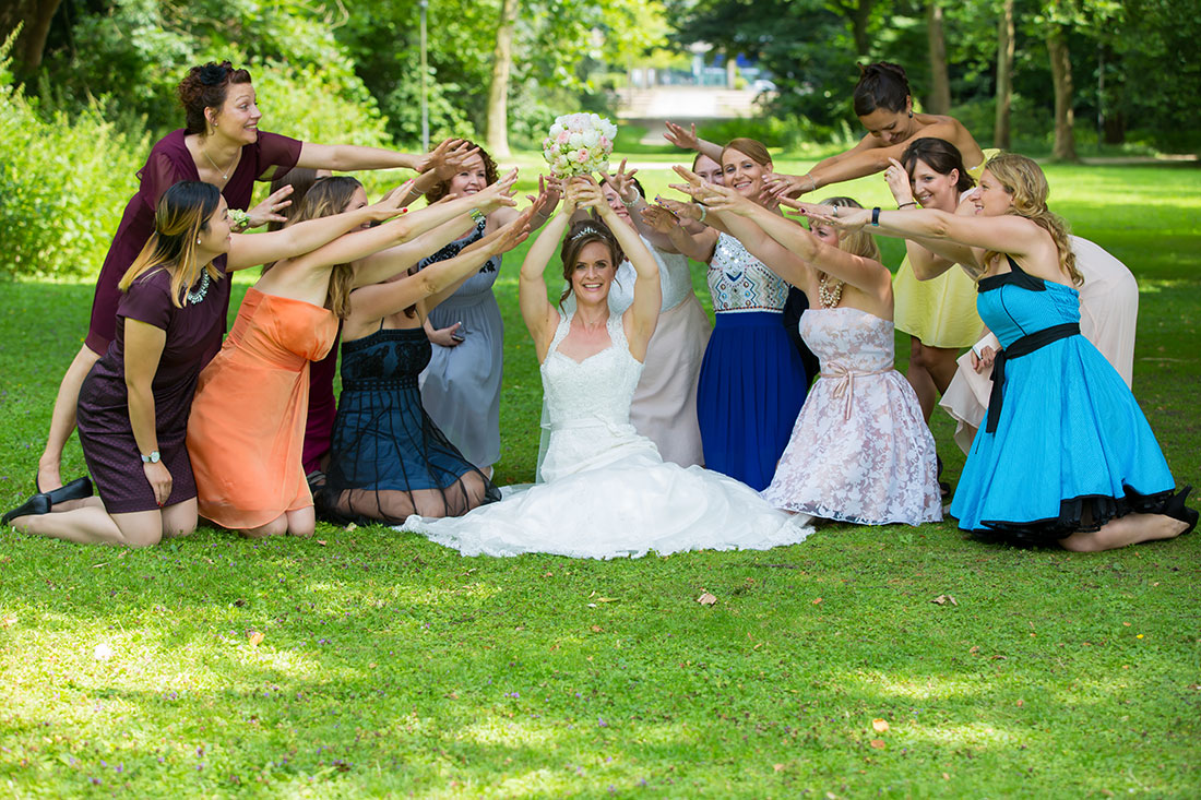 Hochzeit-in-Recklinghausen-Schlosspark-Herten-Gruppenbild-Braut-mit-Freundinen-alle-wollen-den-Brautstrauß-Sergej-Metzger