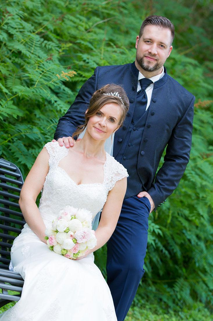 Hochzeit-in-Recklinghausen-Schlosspark-Herten-Sergej-Metzger-auf-der-Bank-im-Park-Bräutigam-hinter-der-Braut