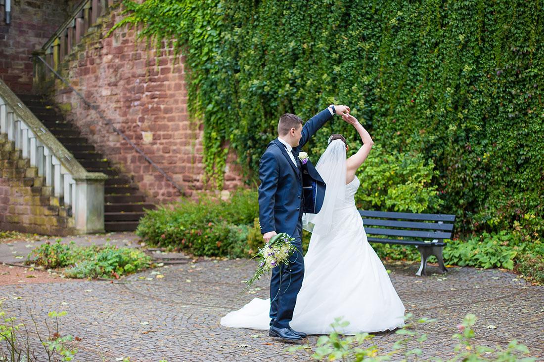 Hochzeit-in-Saarbrücken-Schloss-Schlossgarten-Brautpaar-Hochzeitstanz-draußen-Sergej-Metzger-Hochzeitsvideo-in-Hannover-Fotograf-Hochzeit-Hildesheim