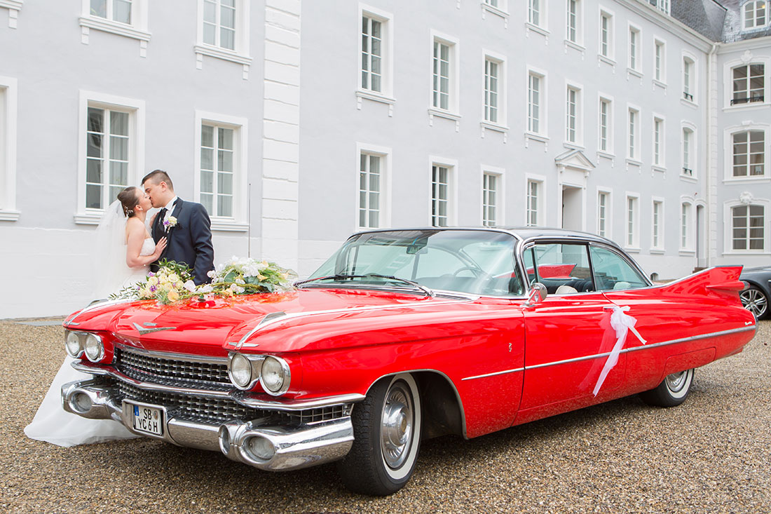 Hochzeit-in-Saarbrücken-Schloss-Schlossgarten-Brautpaar-Oldtimer-rot-Sergej-Metzger-Hochzeitsvideo-in-Hannover-Fotograf-Hochzeit-Hildesheim