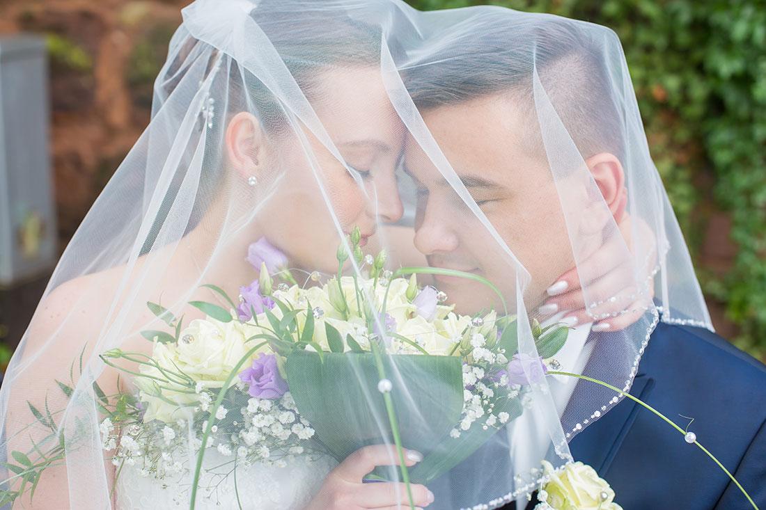 Hochzeit-in-Saarbrücken-Schloss-Schlossgarten-Brautpaar-unter-Schleier-geschlossene-Augen-Sergej-Metzger-Hochzeitsvideo-in-Hannover-Fotograf-Hochzeit-Hildesheim