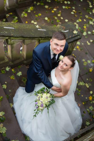 Hochzeit-in-Saarbrücken-Schloss-Schlossgarten-Brautpaar-von-oben-auf-Treppen-Sergej-Metzger-Hochzeitsvideo-in-Hannover-Fotograf-Hochzeit-Hildesheim