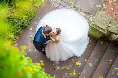 Hochzeit-in-Saarbrücken-Schloss-Schlossgarten-Brautpaar-von-oben-küssen-leidenschaftlich-Sergej-Metzger-Hochzeitsvideo-in-Hannover-Fotograf-Hochzeit-Hildesheim