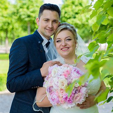 Hochzeit-in-Waghäusel-Schloss-Schwetzingen-Schlosspark-Umarmung-glückliches-Brautpaar-Hochzeitsfrisur-Brautstrauss