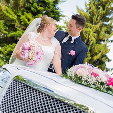 Hochzeit-in-Waghäusel-Schloss-Schwetzingen-glückliches-Brautpaar-Limousine-Hochzeitsschmuck-Hochzeitsfrisur-Brautstrauss