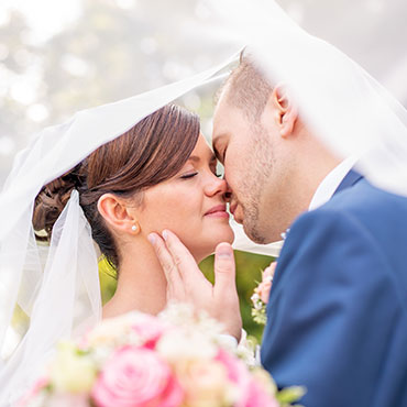 Hochzeit-Sottrum-Schlosspark-Etelsen-vor-dem-sinnlichen-Kuss-unter-Schleier-Hochzeitsvideo-Hannover-Sergej-Metzger-Hochzeitsfotografin-Hildesheim-Natalja-Frei