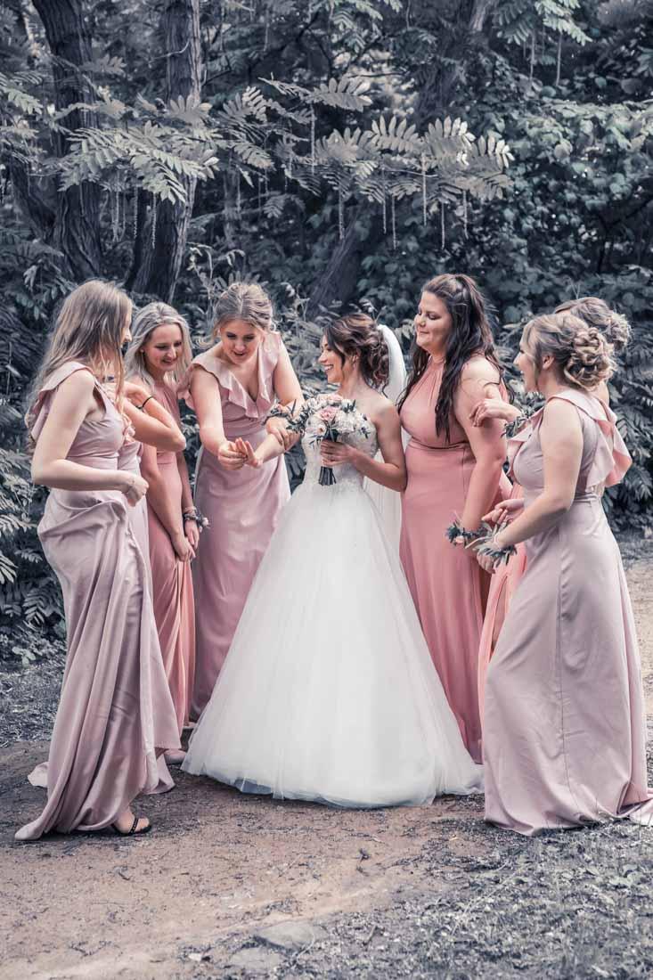 Hochzeit in Herford Aawiesenpark Herford Hochzeitsfotografin Natalja Frei Hochzeitsvideograf Sergej Metzger Brautjungfern gleiche Kleider Freude