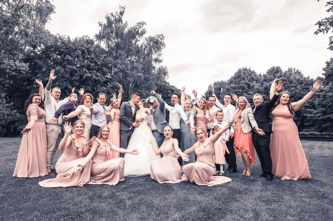 Hochzeit in Herford Aawiesenpark Herford Hochzeitsfotografin Natalja Frei Hochzeitsvideograf Sergej Metzger Freunde Gruppenbild