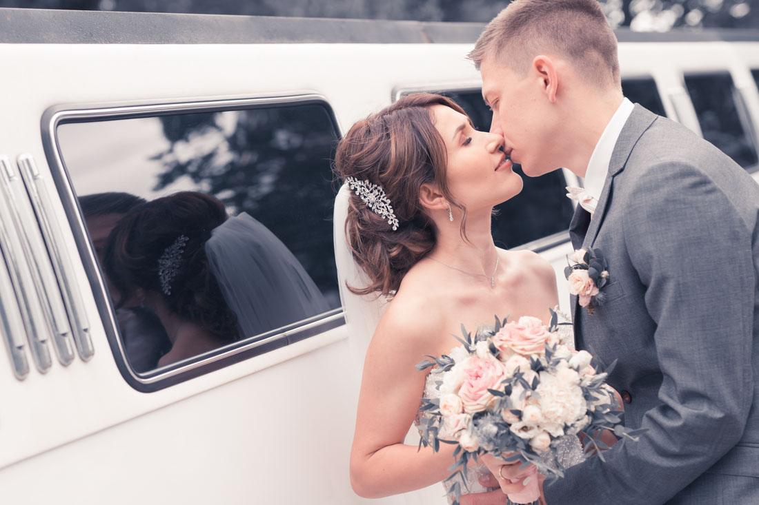 Hochzeit in Herford Aawiesenpark Herford Hochzeitsfotografin Natalja Frei Hochzeitsvideograf Sergej Metzger Limousine Hammer Kuss
