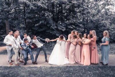 Hochzeit in Herford Aawiesenpark Herford Hochzeitsfotografin Natalja Frei Hochzeitsvideograf Sergej Metzger Spaß Kampf Wettbewerb