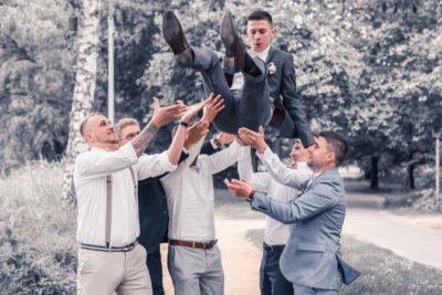 Hochzeit in Herford Aawiesenpark Herford Hochzeitsfotografin Natalja Frei Hochzeitsvideograf Sergej Metzger Spaß feiern, hoch werfen