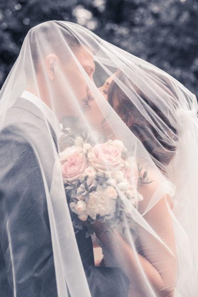 Hochzeit in Herford Aawiesenpark Herford Hochzeitsfotografin Natalja Frei Hochzeitsvideograf Sergej Metzger Unter dem Schleier Kuss
