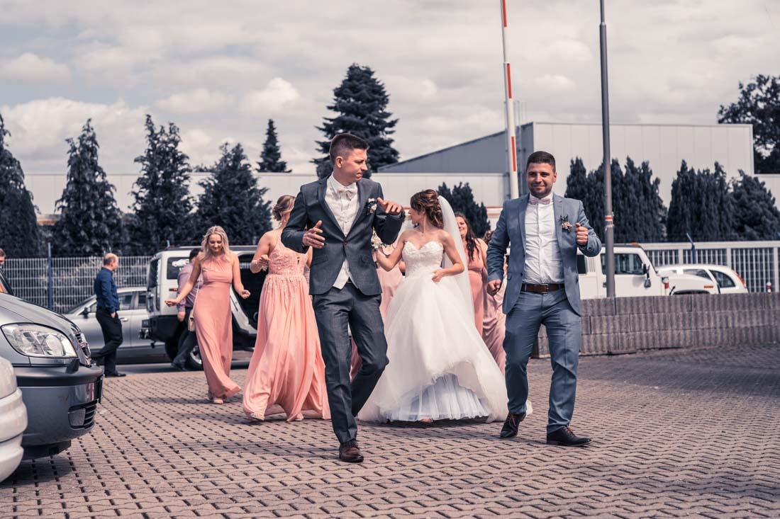 Hochzeit in Herford Elegance Eventcenter Hochzeitsfotografin Natalja Frei Hochzeitsvideograf Sergej Metzger Ankommen Brautpaar Freunde (1)