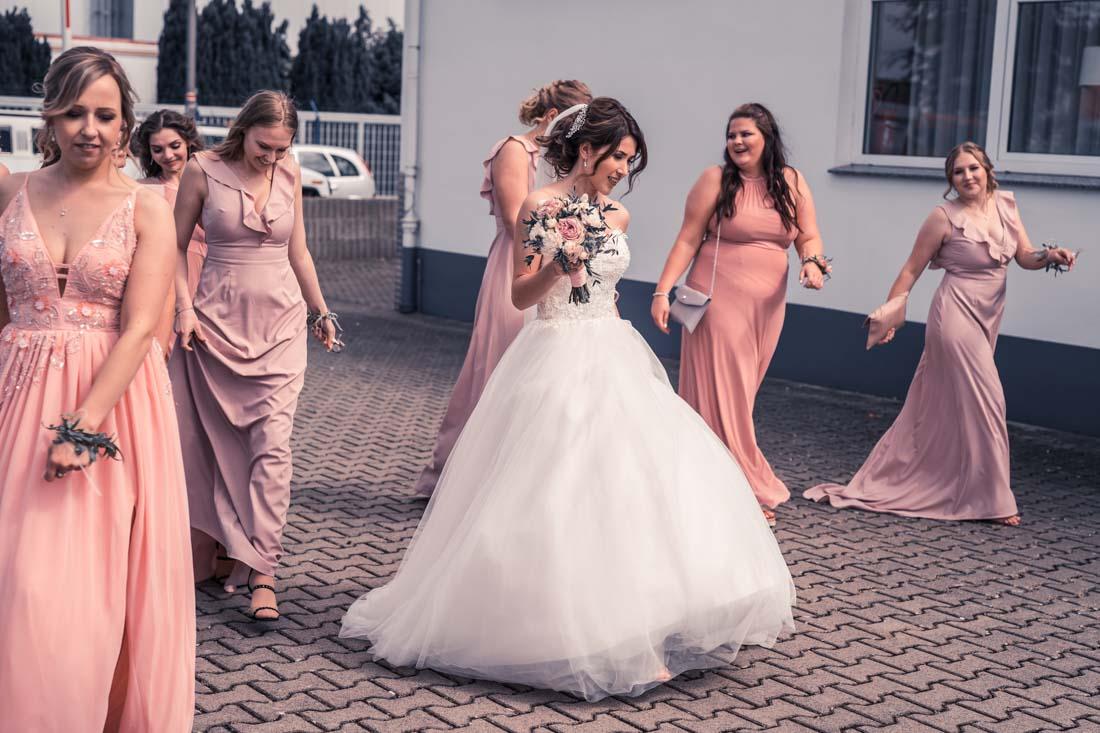 Hochzeit in Herford Elegance Eventcenter Hochzeitsfotografin Natalja Frei Hochzeitsvideograf Sergej Metzger Ankommen Brautpaar Freunde (2)