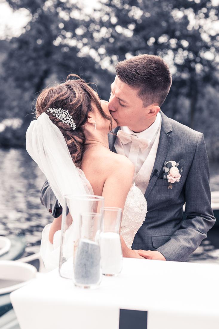Hochzeit in Herford Freie Trauung Moor Ranch Hücker Moor See Spenge Hochzeitsfotografin Natalja Frei Hochzeitsvideograf Hannover Sergej Metzge Kuss