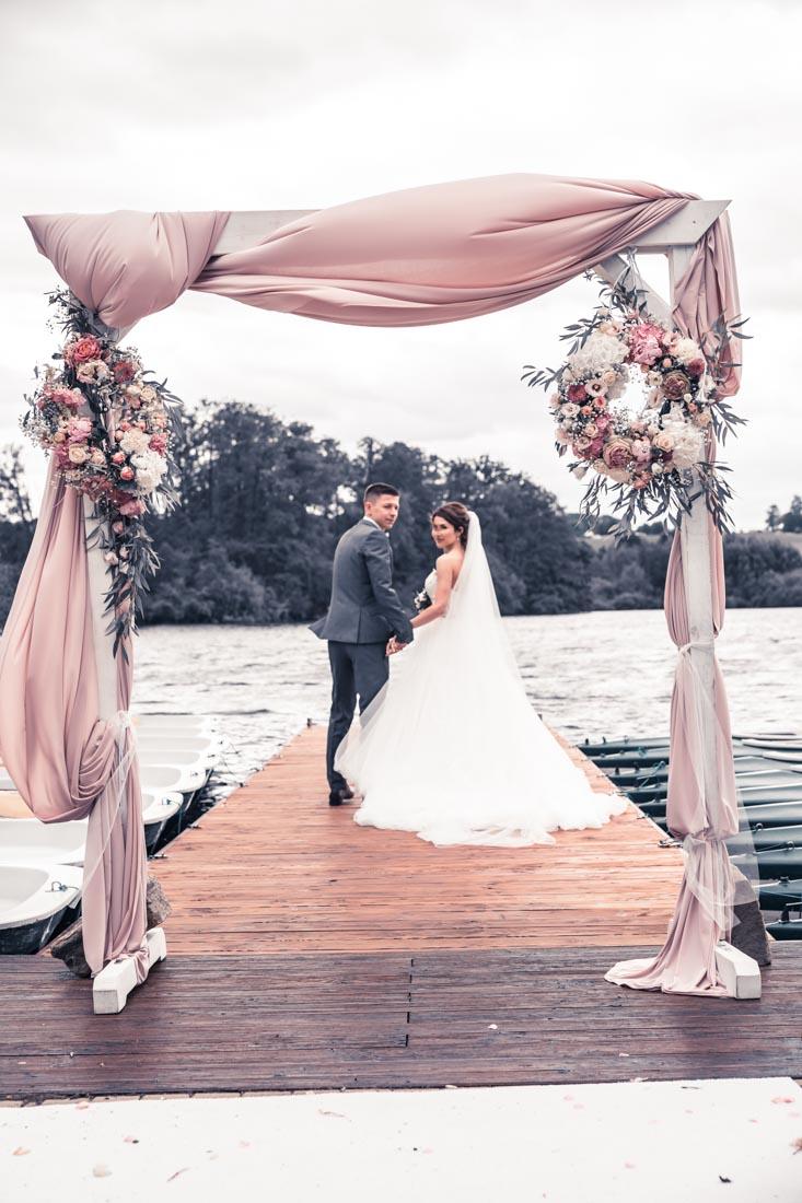 Hochzeit in Herford Freie Trauung Moor Ranch Hücker Moor See Spenge Hochzeitsfotografin Natalja Frei Hochzeitsvideograf Hannover Sergej Metzge auf Steg
