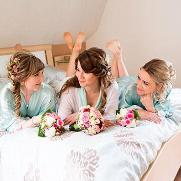 Hochzeit-in-Schloss-Friedrichstein-Bad-Wildungen-Getting-ready-Brautjungfern-Bett-Hochzeitsfotograf-Natalja-Frei-Hochzeitsvideo-Sergej-Metzger